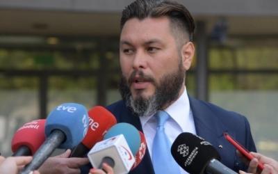 L'advocat Jorge Albertini, atenent a la premsa/ Roger Benet