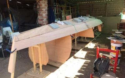 David Barreiro construint la seva embarcació | Cedida