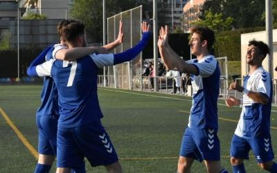 Els jugadors del filial celebren ahir el 0-8 al camp del Tibidabo | Críspulo Díaz