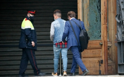 Un dels acusats, entrant a l'Audiència de Barcelona/ ACN