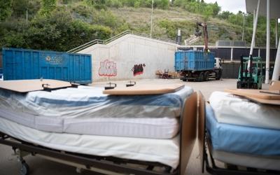 Imatge dels llits i els matalassos de l'Hospital Temporal durant la seva retirada | Roger Benet