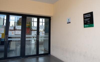 Imatge de l'accés al consultori del Poblenou, ubicat al casal cívic del barri | Roger Benet