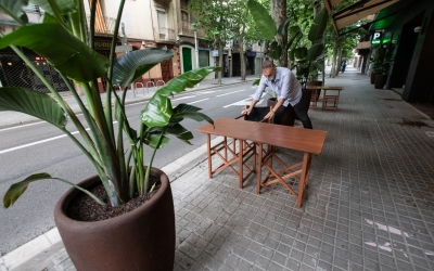 Un restaurador habilitant una terrassa a l'avinguda Onze de Setembre | Roger Benet