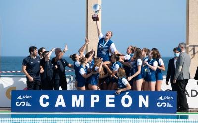 Maica Garcia aixecant el divuitè títol de lliga del Natació Sabadell | Roger Benet