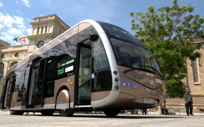 L'autobús elèctric que s'està provant a Sabadell, a la plaça Doctor Robert/ Roger Benet