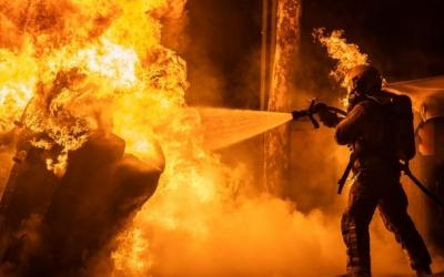 Bombers de Sabadell apagant contenidors incendiats | Roger Benet