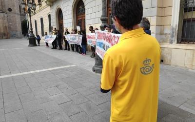 Part dels convocats han desplegat pancartes davant de l'Ajuntament, on s'ha llegit el manifest   Pau Duran