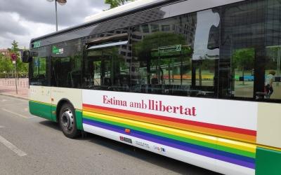 Un autobús de laTUSporta publicitat dinàmica de la campanya 'Ventilem els armaris!' | Pau Duran