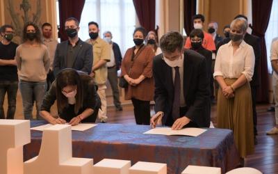 Signatura de l'adhesió a la Capital de la Cultura Catalana ahir al Principal | Roger Benet