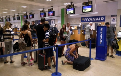 Passatgers fent cua a l'aeroport de Girona | ACN