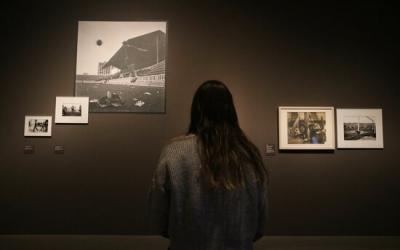 Un visitant a l'exposició de 'La Guerra Infinita' | ACN