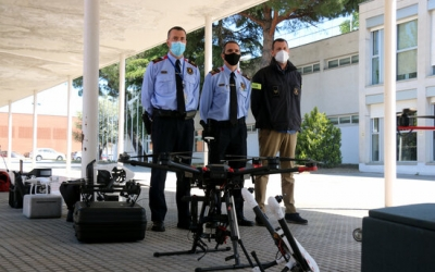 El cap de l'àrea de mitjans aeris, Avel·lí Garcia; el comissari portaveu, Joan Carles Molinero, i el sergent responsable de la unitat de drons antiga, davant alguns drons, el 13 de maig del 2021. (Horitzontal)