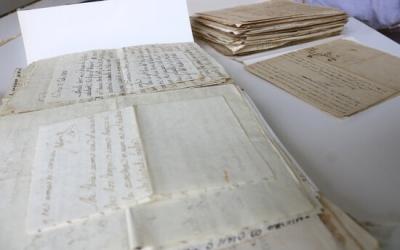 Pla detall d'un conjunt de cartes localitzades en diversos arxius de Catalunya | ACN