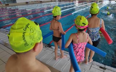 600 infants de la ciutat aprenen a nedar gràcies a la represa del programa 'Els Primers a l'Aigua' | Pau Duran