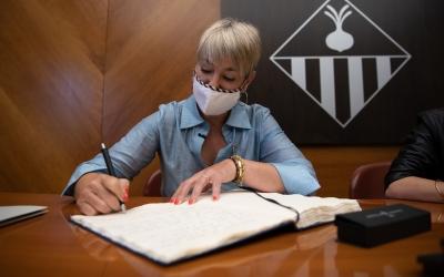 Ciuró, signant el llibre d'Honor de l'Ajuntament/ Roger Benet