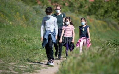 Una família passeja pel Parc Catalunya amb la mascareta posada | Roger Benet