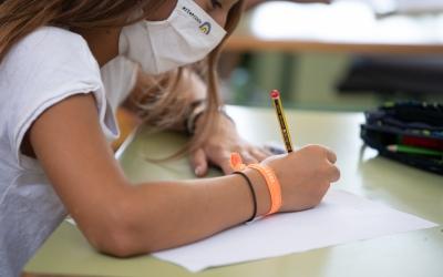 Una nena amb mascareta en una escola de Sabadell/ Roger Benet