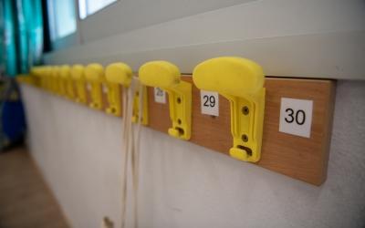 Penjadors infantils d'una escola/ Roger Benet
