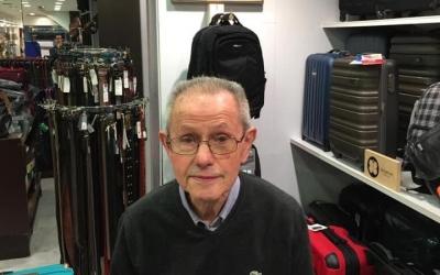 Ramon Petit a la botiga, al fons un quadre amb Josep Petit   Cedida
