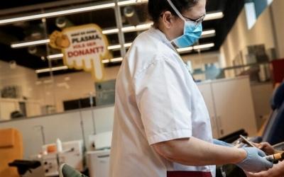 Un professional sanitari del Banc de Sang/ Arxiu Bang de Sang