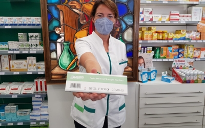 La farmacèutica Marta Gili mostrant un test d'autodiagnòstic de covid