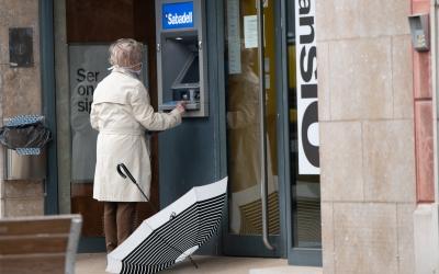 Una dona a un caixer automàtic | Roger Benet