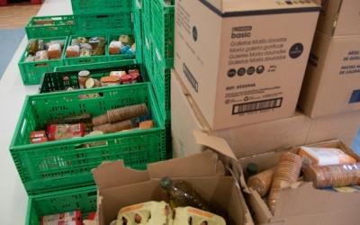 Imatge d'aliments apilats per repartir entre les famílies vulnerables | Arxiu