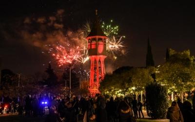La Torre de l'Aigua amb focs artificials al darrera | Roger Benet