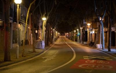 Imatge d'un carrer buit durant el toc de queda a Sabadell | Roger Benet