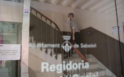 El regidor Cortés pujant les escales de la regidoria | Roger Benet