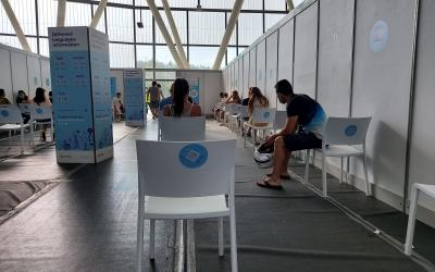 Persones esperant a vacunar-se a la Pista Coberta | Roger Benet Persones esperant a vacunar-se a la Pista Coberta | Roger Benet