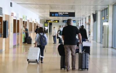 Viatgers caminant per una terminal d'aeroport | Arxiu