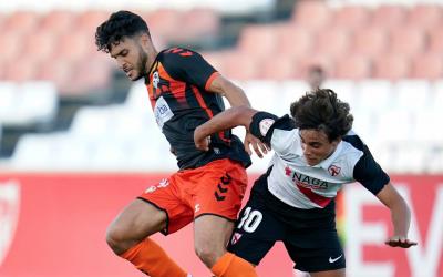 Moha Ezzarfani pugna una pilota amb Carlos Álvarez | Cantera SFC