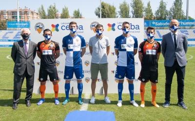 Els quatre capitans presenten el nou sponsor a la samarreta arlequinada | Roger Benet