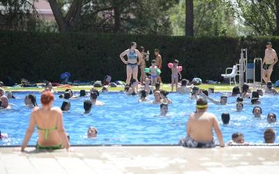 Ensurt amb un infant de dos anys a la piscina municipal d'Olímpia   Roger Benet