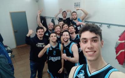 Toni Mesa celebrant una victòria de la temporada passada amb els jugadors del seu ex equip, el Sabadell Sud | CB Sabadell Sud