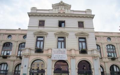 Façana de l'Ajuntament a la plaça Doctor Robert, amb la pancarta a favor dels refugiats/ Roger Benet