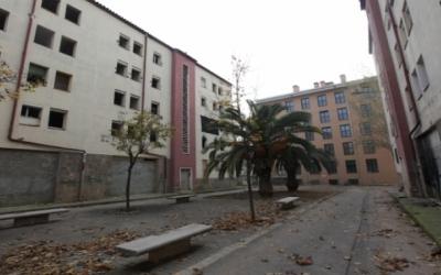 Enrenou amb la nova associació de veïns creada als pisos afectats dels Merinals   Arxiu