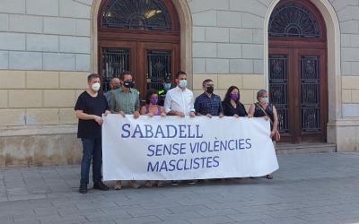 Representants municipals i de la Generalitat durant el minut de silenci/ Karen Madrid