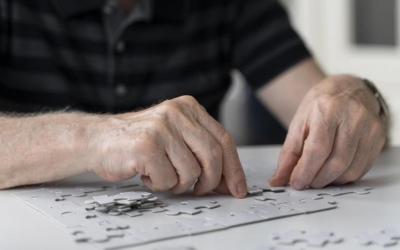 Una persona fent un trencaclosques per exercitar la memòria/ Freepik