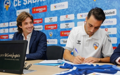 Jose Manzanera i Sergio Aguza durant la signatura del contracte | CES