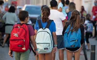 Uns alumnes anant cap a classe/ Roger Benet
