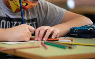 Imatge d'un escolar treballant a classe | Roger Benet