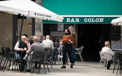 Una cambrera al Bar Colon | Roger Benet