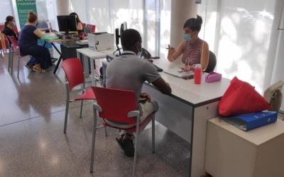 El servei de suport a la ciutadania per a fer tràmits digitals a la Biblioteca del Nord | Pau Duran