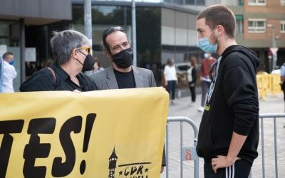 Jordi Ros (centre), abans d'entrar a declarar als Jutjats de Sabadell/ Roger Benet
