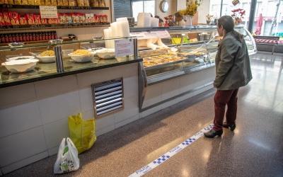 Un client comprant en una parada del Mercat de La Creu Alta | Roger Benet