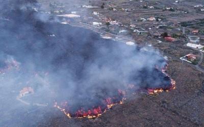 Imatge panoràmica de la lava avançant sobre l'illa de La Palma | 112 Canàries