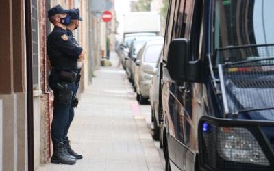 Dos agents de la Policia Nacional a la porta d'un domicili del carrer Fiveller