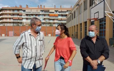 L'alcaldessa Marta Farrés, amb el regidor Robles i el director de l'Amadeu Vives, al pati de l'escola/ Karen Madrid